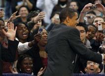 <p>Pré-candidato democrata à Presidência dos EUA Barack Obama cumprimentando eleitorado durante campanha. Mercados de previsão política vêem Obama derrotando Hillary Clinton. Photo by Carlos Barria</p>