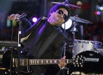 <p>Musician Lenny Kravitz performs on a stage in Times Square during New Year's festivities in New York December 31, 2007. Kravitz was admitted to a Miami hospital on Monday suffering from severe bronchitis, a spokeswoman for the singer said. REUTERS/Lucas Jackson</p>