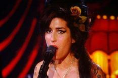 <p>Amy Winehouse performs via satellite from London at the 50th Annual Grammy Awards held in Los Angeles, California February 10, 2008. REUTERS/Mike Blake</p>