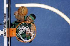 <p>Paul Pierce marcou 35 pontos e o Boston Celtics venceu sua terceira partida consecutiva ao bater o San Antonio Spurs no domingo por 98 x 90. Foto de Pierce em Minneapolis, 8 de fevereiro. Photo by Eric Miller</p>