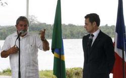 <p>- O presidente da França, Nicolas Sarkozy, manifestou nesta terça-feira apoio a uma maior participação do Brasil em assuntos mundiais, inclusive com uma vaga no Conselho de Segurança da ONU e no G8. Foto com Lula (esquerda) em Saint Georges, Guiana Francesa, 12 de fevereiro. Photo by Jamil Bittar</p>