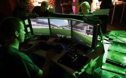 <p>Visitors play at an exhibition stand at the Games Convention 2007 fair in the eastern German city of Leipzig August 23, 2007. REUTERS/Hannibal Hanschke</p>