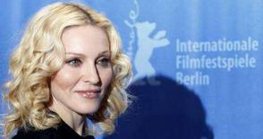 <p>La pop star Madonna posa per i fotografi alla Berlinale, per presentare il suo film 'Filth and Wisdom'. REUTERS/Fabrizio Bensch</p>