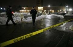 <p>Полицейский охраняет место перестрелки у здания Университета Северного Иллинойса. 14 февраля 2008 года. Одетый в черное молодой мужчина открыл стрельбу в аудитории Университета Северного Иллинойса в четверг, расстреляв 5 человек и ранив 18, после чего застрелился, сообщила полиция и представители университета. (REUTERS/John Gress)</p>