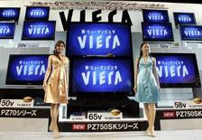 <p>Matsushita, maison-mère de Panasonic, a annoncé qu'une nouvelle usine d'écrans LCD de 300 milliards de yens (1,9 milliard d'euros) sera construite dans l'ouest du Japon d'ici 2010, assurant une concurrence directe avec Sony et Samsung Electronics. /Photo d'archives/REUTERS/Yuriko Nakao</p>