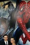 """<p>L'acteur Tobey Maguire et sa compagen, lors de la sortie de """"Spiderman 3"""". Six studios de cinéma américains ont annoncé avoir porté plainte contre une société chinoise de partage de fichiers en ligne, réclamant un million de dollars (681.000 euros) de dommages et intérêts au titre de la violation des droits d'auteur, notamment sur ce film. /Photo d'archives/REUTERS/Lucas Jackson</p>"""