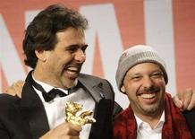 """<p>Il produttore Marcos Prado (a sinistra) e il regista Jose Padilha ricevono l'Orso d'Oro al Festival di Berlino petr il film """"Tropa de Elite"""". REUTERS/Hannibal Hanschke (GERMANY)</p>"""