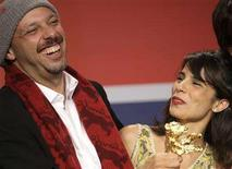 "<p>Director Jose Padilha laughs with actress Maria Ribeiro as he holds the Golden Bear during the news conference after the 58th Berlinale International Film Festival in Berlin, February 16, 2008. Padilha won the award for the Best Film ""Tropa de Elite"". REUTERS/Hannibal Hanschke</p>"
