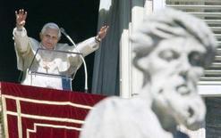 <p>Papa Benedetto XVI saluta i fedeli dal balcone di San Pietro per l'Angelus di oggi. REUTERS/Chris Helgren (VATICAN)</p>