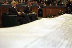 <p>Declaração de independência do Kosovo, no primeiro-plano. No fundo, o primeiro-ministro do Kosovo, Hashim Thaci (direita), e o presidente do Kosovo, Fatmir Sejdiu, durante sessão do parlamento em Pristina. Kosovo declarou sua independência da Sérvia neste domingo. Photo by Damir Sagolj</p>