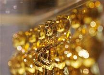 "<p>A line of Oscar statuettes can be seen at a ""Meet The Oscars"" display in Times Square, New York February 15, 2008. REUTERS/Lucas Jackson</p>"