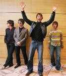 <p>Gli Oasis (da sinistra a destra: Gem Archer, Noel Gallagher, Andy Bell e Liam Gallagher) in posa ad Hong Kong. REUTERS/Paul Yeung</p>