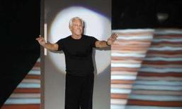 <p>Giorgio Armani se inspirou em ciganos e no Japão para criar sua coleção de moda feminina inverno 2008-09, que expôs em Milão na segunda-feira, envolvendo muitas das modelos em xales de veludo ou renda. Foto de Armani em Milão, 17 de fevereiro. Photo by Max Rossi</p>