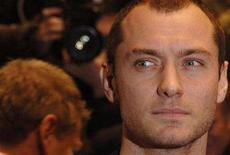 "<p>Jude Law poses at the premiere of ""Sleuth"" in London November 18, 2007. REUTERS/Anthony Harvey</p>"