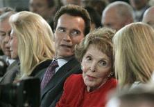 <p>Nancy Reagan (con la giacca rossa) con il governatore della California Arnold Schwarzenegger. REUTERS/Danny Moloshok (UNITED STATES) US PRESIDENTIAL ELECTION 2008 (USA)</p>