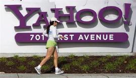 <p>Una donna fa jogging di fronte alla sede di Yahoo! a Sunnyvale, California in una foto d'archivio. REUTERS/Kimberly White</p>