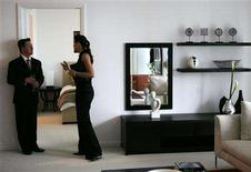 <p>People talk inside an apartment during the inauguration of a new building owned by billionaire U.S. condo builder Jorge Perez, in downtown Miami in this October 4, 2007 file photo. REUTERS/Carlos Barria/Files</p>