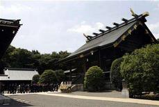 <p>Japan's lawmakers visit the Yasukuni Shrine in Tokyo August 15, 2007, to mark the 62nd anniversary of Japan's surrender in World War Two. REUTERS/Issei Kato</p>