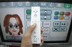 <p>Un apersona col telecomando di uan console video game Nintendo Wii. REUTERS/Yuriko Nakao (JAPAN)</p>