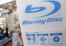 <p>Consumidor caminha próximo a um logotipo dos discos Blu-ray em loja de eletrônicos em Tóquio. A Sony venceu a guerra dos formatos de DVD, mas a gigante da eletrônica enfrentará batalha ainda mais séria para convencer os consumidores a adquirir discos Blu-ray. Photo by Issei Kato</p>