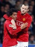 <p>O Manchester United precisou de um gol no final marcado pelo atacante Carlos Tevez para empatar em 1 x 1 com o Olympique Lyon na partida de ida das oitavas-de-final da Liga dos Campeões nesta quarta-feira. Foto de Tevez (esquerda) com Rooney, em  Lyon, 20 de fevereiro. Photo by Robert Pratta</p>