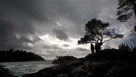 <p>Visitors to the shores of Whyte Cove in West Vancouver watch a severe Pacific storm blow in, November 12, 2007. Canada's westernmost province will impose a comprehensive carbon tax, the British Columbia government said on Tuesday, dismissing complaints from critics that such fees to fight climate change will hurt the economy. REUTERS/Andy Clark</p>