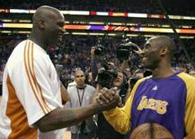 <p>Shaquille O'Neal do Phoenix Suns cumprimenta Kobe Bryant do Los Angeles Lakers antes de partida pela temporada regular da NBA. O Lakers conseguiu uma importante vitória por 130 a 124 sobre o Suns, na noite de quarta-feira, com 41 pontos de Kobe Bryant. A atuação do ala ofuscou a estréia no Suns de Shaquille O'Neal. Photo by Jeff Topping</p>