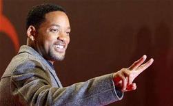 "<p>Actor Will Smith flashes a victory sign as he arrives on the red carpet to the premiere of the film ""I Am Legend"" in Berlin, January 7, 2008. REUTERS/Tobias Schwarz</p>"