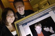 <p>Due studenti americani mostrano una loro foto su Facebook. REUTERS/Jonathan Ernst</p>