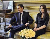 <p>Il presidente francese Nicolas Sarkozy e la moglie Carla Bruni mentre ricevono la famiglia di Ingrid Betancourt all'Eliseo. REUTERS/Eric Feferberg/Pool</p>