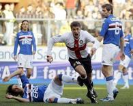 <p>L'interista Hernan Crespo festeggia il gol del pareggio contro la Samp. REUTERS/Alessandro Garofalo</p>