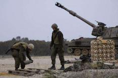 <p>Soldados israelenses em unidade de artilharia perto de fronteira de Israel com a Faixa de Gaza. Depois de meses de adiamento, Israel e palestinos escolheram equipes de especialistas de seus governos neste domingo para tentar impulsionar as conversações de paz que, segundo críticos, ainda não tiveram progresso. Photo by Amir Cohen</p>