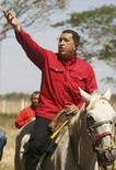 <p>O presidente da Venezuela, Hugo Chávez, felicitou Raúl Castro por sua designação como novo presidente de Cuba e se comprometeu a seguir colaborando com a ilha caribenha. Foto em Apure, Venezuela, 24 de fevereiro. Photo by Reuters (Handout)</p>