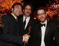 """<p>Javier Bardem, Joel ed Ethan Coen ricevono quattro oscar per """"No Country for Old Men"""" (Non è un paese per vecchi"""" alla cerimonia degli 80esimi Annual Academy Awards a Hollywood, California. REUTERS/Lucy Nicholson</p>"""