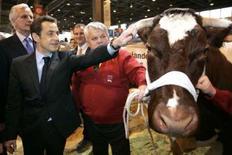 """<p>L'insulte lancée samedi par Nicolas Sarkozy à un visiteur du Salon de l'agriculture a franchi une nouvelle étape dans l'engouement des internautes qui ont réservé en série des noms de domaine """"cassetoipauvrecon"""". /Photo prise le 23 février 2008/REUTERS/Thibault Camus/Pool</p>"""