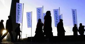 <p>Siemens annonce qu'il va supprimer 6.800 emplois au sein de sa filiale d'équipements télécoms Siemens Enterprise Networks (SEN), dont 3.200 en Allemagne. /Photo prise le 24 janvier 2008/REUTERS/Michael Dalder</p>