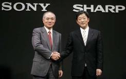 <p>Le président de Sony Ryoji Chubachi (à gauche) et celui de Sharp Mikio Katayama, lors de l'annonce à la presse de la création d'une coentreprise dédiée à la fabrication et la vente de grands panneaux LCD. /Photo prise le 26 février 2008/REUTERS/Yuriko Nakao</p>