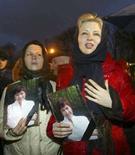 <p>Дочери белорусского оппозиционера Александра Козулина Ольга (справа) и Юлия с фотографиями матери Ирины Козулиной требуют краткосрочного освобождения отца из тюрьмы в Минске 25 февраля 2008 года. Белорусские власти под давлением Запада на три дня освободили Козулина, чтобы он смог похоронить жену Ирину, умершую от рака в минувшую субботу, сообщил Рейтер сам Козулин. (REUTERS/Yulia Darashkevich)</p>