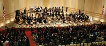 <p>Membros da Filarmônica de Nova York acenam para o público após encerramento do concerto na Coréia do Norte. A Casa Branca disse que os intercâmbios culturais futuros com a Coréia dependerão de uma retração no programa nuclear do país asiático. Photo by David Gray</p>