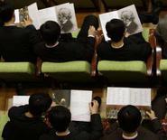 <p>Público folheia programa oficial do concerto enquanto o diretor musical Maazel conduz a Orquestra Filarmônica de Nova York na Coréia do Norte. A Casa Branca disse que os intercâmbios culturais futuros com a Coréia do Norte dependerão de uma retração no programa nuclear do país asiático. Photo by David Gray</p>