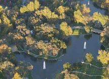 <p>An aerial view of a lake with fountains inside Michael Jackson's Neverland ranch in a file photo. Jackson's famed Neverland Valley Ranch in California will be foreclosed and sold on March 19 unless the pop star pays a balance of nearly $25 million, property records showed on Tuesday. REUTERS/Max Morse</p>