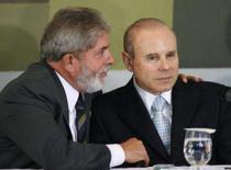 <p>O presidente Lula fala com ministro da Fazenda, Guido Mantega (direita), em Brasília, 27 de fevereiro. Mantega anunciou que na próxima semana o governo apresentará proposta de mudanças no Imposto de Renda da Pessoa Física que irá reduzir o que é pago por boa parte da população. Photo by Jamil Bittar</p>