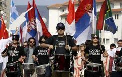 <p>Сербские студенты маршируют на демонстрации в косовской Митровице, 27 февраля 2008 года.REUTERS/Oleg Popov</p>