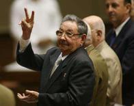 <p>Raul Castro gesticula durante reunião da Assembléia Nacional de Cuba. O presidente norte-americano, George W. Bush, rejeitou nesta quinta-feira a idéia de incentivar Cuba a se abrir à democracia por meio de diálogo com o líder cubano Raúl Castro. Photo by Pool</p>
