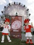 <p>Mascotes da Eurocopa 2008 Trix e Flix posam para fotos em frente da roda gigante projetada para promover o evento, em Viena, nesta quinta-feira. Photo by Herbert Neubauer</p>
