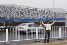 <p>Mulher posa para foto em frente ao estádio Ninho de Pássaro, em Pequim, esta semana. Photo by Jason Lee</p>