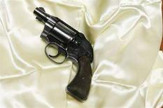 <p>La pistola Colt Cobra usata da Jack Ruby per uccidere Lee Harvey Oswald e appartenente alla collezione di Pugliese. REUTERS/Lucas Jackson (UNITED STATES)</p>