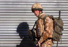 <p>O príncipe britânico Harry durante patruha na cidade deserta de Garmisir, na província de Helmand, no sul do Afeganistão. Harry afirmou não gostar tanto assim da Inglaterra e que se incomoda com as notícias escritas pelos jornais do seu país. Photo by Pool</p>