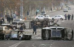 <p>Carros queimados são vistos no centro de Erevan, neste comingo. Oito pessoas morreram e 33 policiais ficaram feridos durante os violentos protestos noturnos na Armênia, que terminaram depois de o governo declarar estado de emergência e mobilizar o Exército. Photo by David Mdzinarishvili</p>