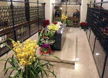 <p>La tomba di Padre Pio nella chiesa di San Giovanni Rotondo. REUTERS/Fabio Serino (ITALY)</p>